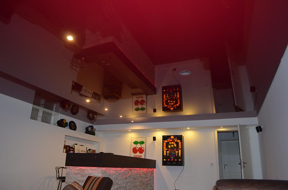 rote Spanndecke im Partykeller